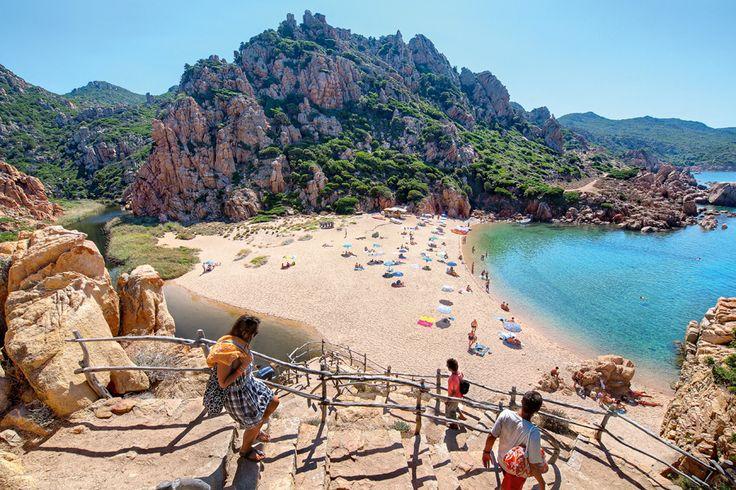 Zum Strand Li Cossi an der Costa Paradiso führt ein schmaler Pfad. Zehn Minuten Fußweg muss man ungefähr einplanen, dafür entschädigt glasklares Wasser.