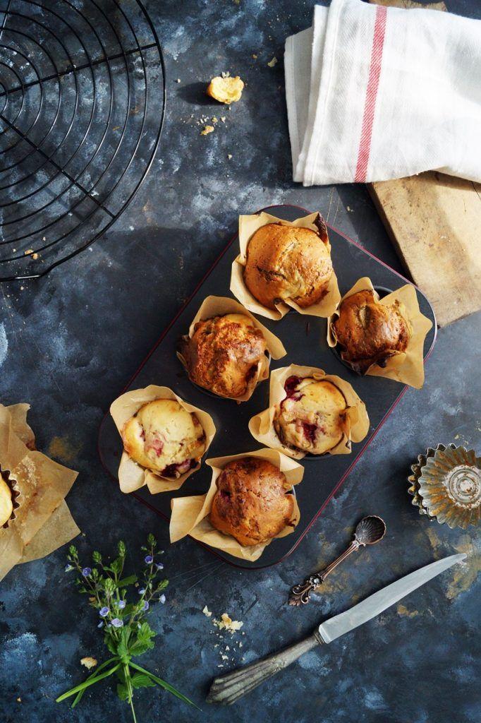 Mufinki malinowo-rabarbarowe to prosty przepis na wiosenne babeczki. Pyszne i pachnące i łatwe w wykonaniu, są soczyste dzięki owocom.