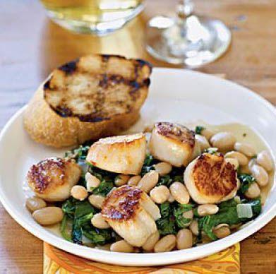 Жареные морские гребешки с вареной фасолью и чесночным хлебом