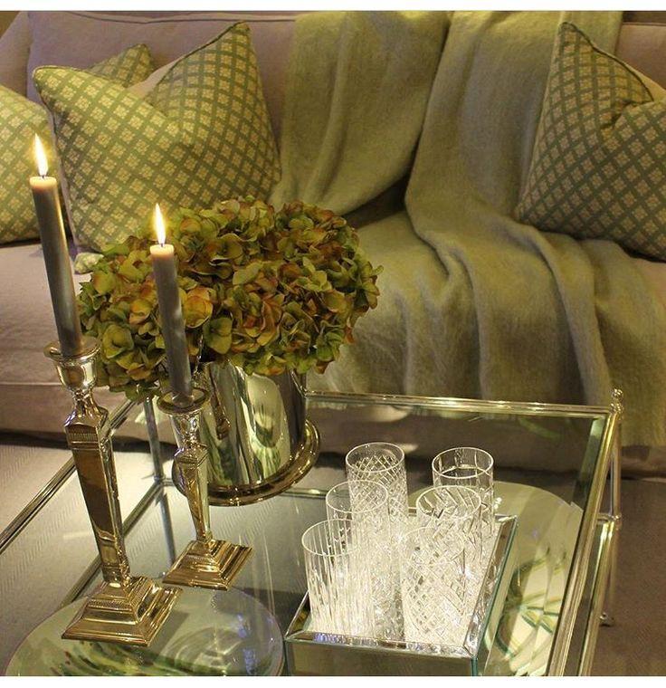 17 beste idee n over glazen tafels op pinterest eetkamer pronkstuk kleine eetzalen en glazen - Transparante plastic tafel ...