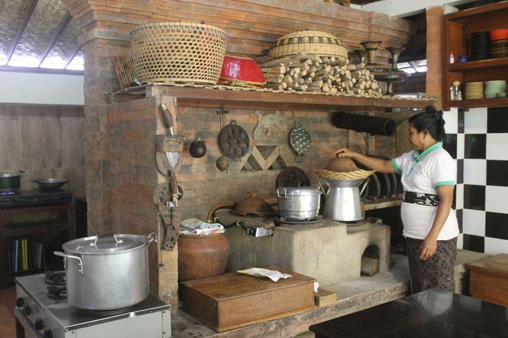 Tabanan, Baliterkini.com - Bagaimana sebenarnya kehidupan orang Bali sebelum memasuki jaman modern. Dimana kehidupan pertanian di jaman dulu begitu melekat dengan berbagai aktivitas kehidupan pedesaan yang sarat akan nilai – nilai luhur budaya Bali.   Untuk kembali mengenangnya, ada sekelumit jejak kehidupan masyarakat Bali yang masih tersisa untuk bisa kita kenali secara mendalam dalam sebuah kegiatan atraksi wisata tentang Daily Life orang Bali sebagai salah satu bagian dari kearifan…