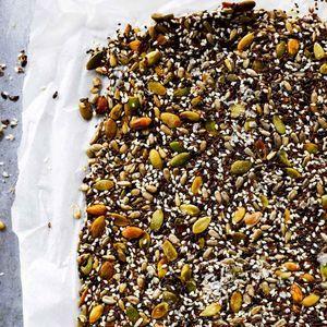 Siemenet pursuavat hyviä rasvoja ja kuituja, eivätkä ole yhtä tyyriitä kuin pähkinät. Tämä gluteeniton siemennäkkileipä tehdään kokonaan ilman...