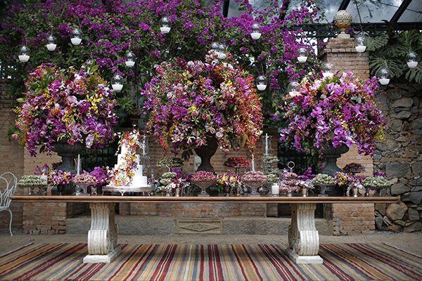 Casamento na Fazenda Vila Rica - mesa de doces - decoração em cores vibrantes ( Foto: Studio 47 | Decoração: Fabio Borgatto e Telma Hayashi )