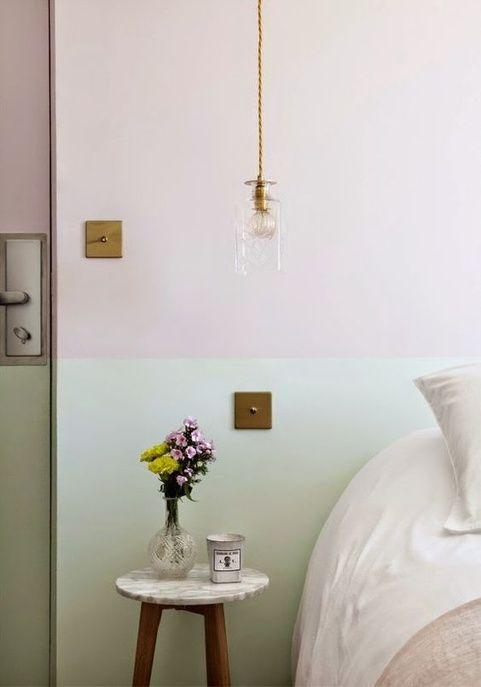 Une chambre au mur vert pastel