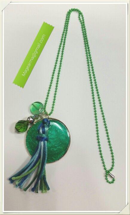 Colgante de nácar verde con cuentas de colores y cadena verde
