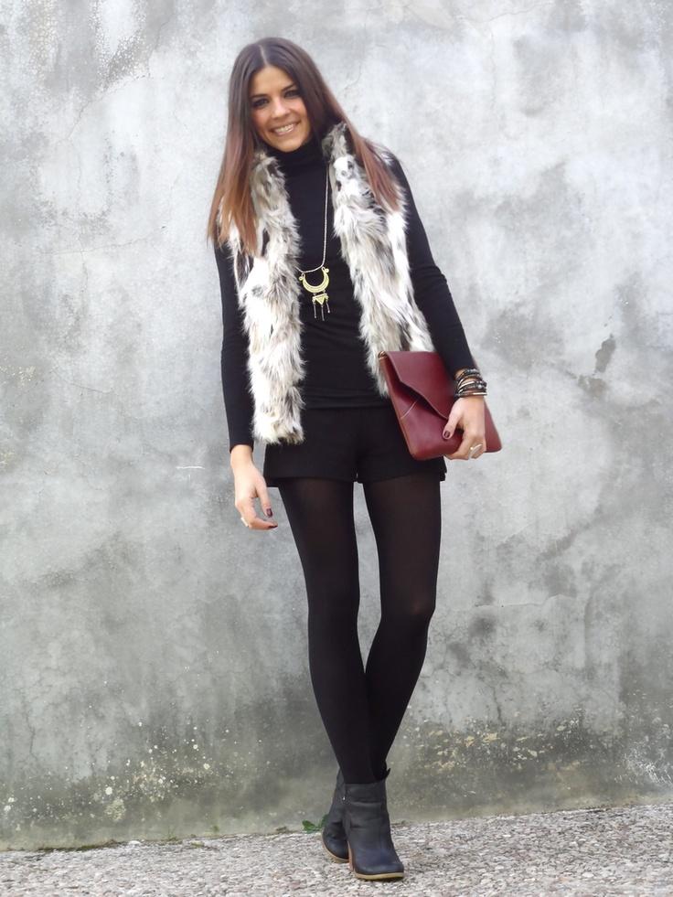 Jersey/Sweater: Blanco Shorts, Chaleco/Vest: Zara (New Season) Botines/Booties: H (New Season) Clutch: Manuel Vivas (New) Joyería/Jewellery: No Digas Que No (New)