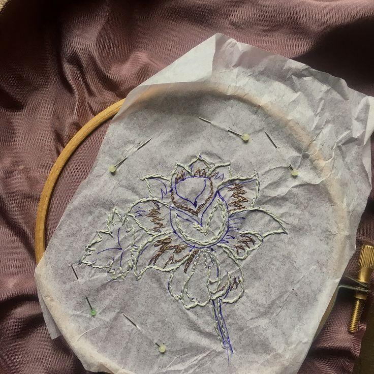 Как перевести рисунок под вышивку на темную ткань, когда орнамент слишком мелкий для припороха, и на просвет не видно? Вышиваем по бумаге. Переводим контур на папиросную бумагу. Запяливаем ткань, прикалываем бумагу. Вышиваем прямо по бумаге. Вышив основной контур, бумагу аккуратно обрываем (иголочка нам в помощь) и доводим вышивку до ума. Я разошлась и немного настоящего денисовского серебра добавила. И будет страничка для блокнота. #вышивка_weber