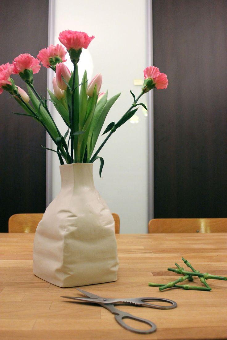 Baudruche n°4 Vase, biscuit de porcelaine et émail transparent à l'intérieur dimension : 25x17 cm prix : 100€