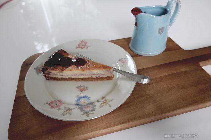 #cheesecake#delicious#raspberriesandblackberrieswhitchocolatecheesecake#raspberries#blackberries#chocolate#frambozenbramensaus#foodspam#food#foodpic#ongelofelijklekker#gant#saucejug#thrifted#plate#thuisopnummer14