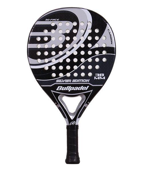La Bullpadel Silver Edition 2015 es una pala que destaca por el buen control sobre la bola, una pala además de estupendo diseño en color negro y plata