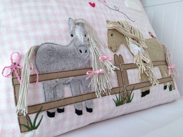 ♥ Pony Molly auf der Weide für den 13x18er Rahmen  Diese Doodle Stickdatei ist ein Set und besteht aus folgenden EINZELNEN Dateien:  Pony Molly seitlich mit applizierter Mähne 17,9x12,6cm Pony...