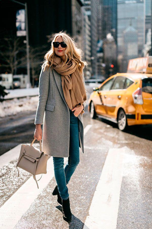 Look com overcoat + cachecol e jeans.