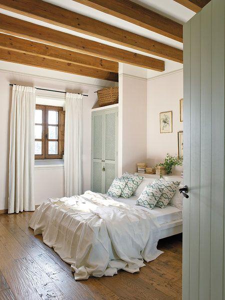 Dormitorio con vigas vistas y armario de celosía