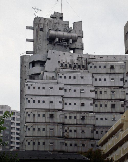 hab grad dieses Foto entdeckt und moecht's rebloggen - schaut doch stark nach den bald 50 Jahre alten Ideen der japanischen Metabolisten aus. to:  TOKYO Shinjuku (via photoidias)
