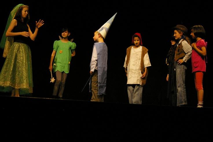 La grande histoire du monde des histoires : Marraine la mauvaise fée, la fée Clochette, Merlin le chanteur, Atchoum, Zorro, le shérif et Dora l'exploratrice