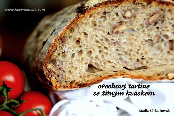 nádherně barevná střída je o něco tmavší než běžné pšeničné chleby zejména díky tanninu z ořechů, který se uvolnil během pečení chleba
