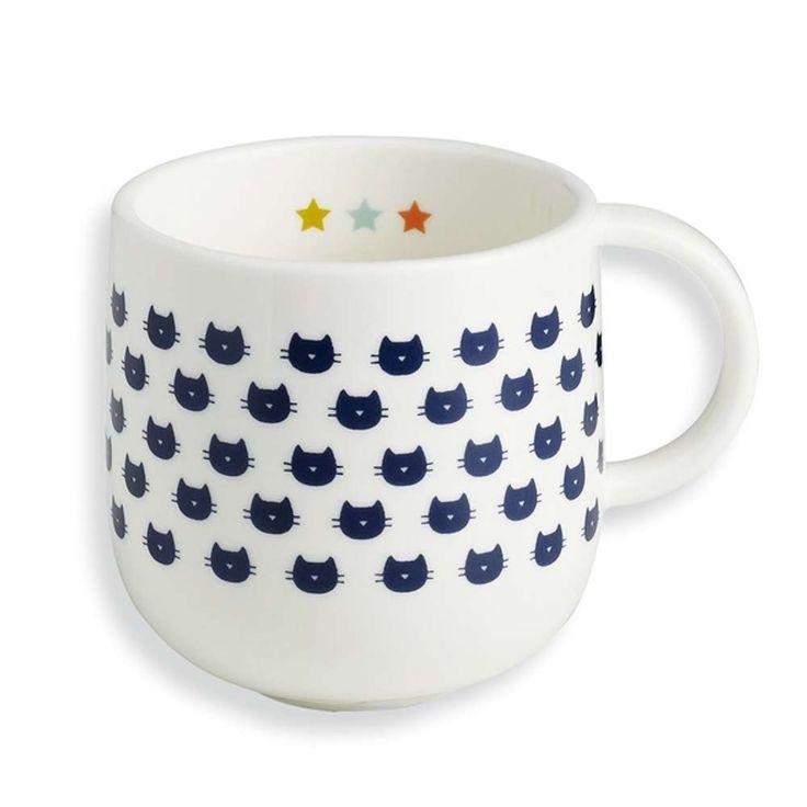 Cette tasse en porcelaine est irrésistible avec son graphisme de petits chats. Aussi mignonne que pratique, elle deviendra un cadeau à offrir à une amie ou pourquoi pas un cadeau de naissance original. D: 8 cm. H: 8 cm.Fournie dans un boîtier en carton imprimé. 12,50 € http://www.lafolleadresse.com/vaisselle-vintage/1747-mug-bandjo-petits-chats.html