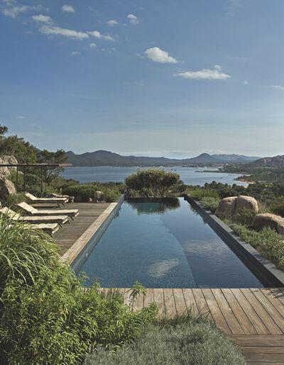 Une piscine à débordement à flanc de colline