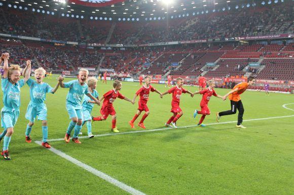 Tijdens FC Twente - ADO Den Haag mochten er weer 8 kinderen aantreden voor de Pure Energie Cup. Tijdens deze wedstrijd, die met 4-1 werd gewonnen door FC Twente, werd het feestje met de supporters alvast in de rust gevierd. ;)