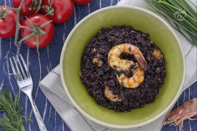 Il riso venere con code di mazzancolle è un primo piatto molto originale e raffinato a base di riso venere, mazzancolle e polpa di pomodoro.