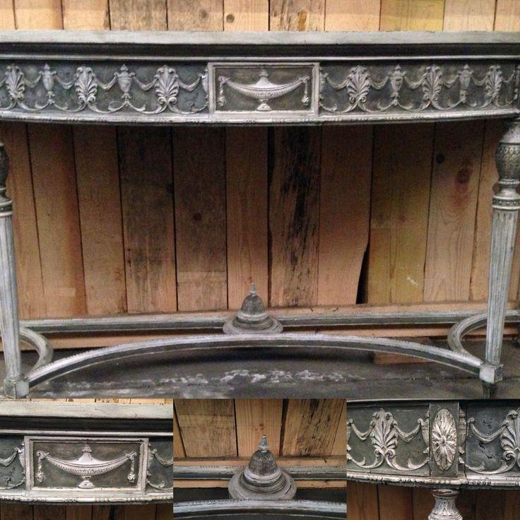 grande console en bois patinée ,ouvrant par un tiroir en façade, décor vase Médicis, piètements à entretoise, pieds cannelures . XX siècle .