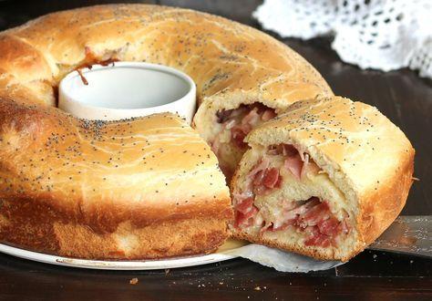 La ciambella pan brioche salata è un rustico sofficissimo farcito con salumi e formaggi che si conserva soffice per giorni grazie alla speciale lievitazione