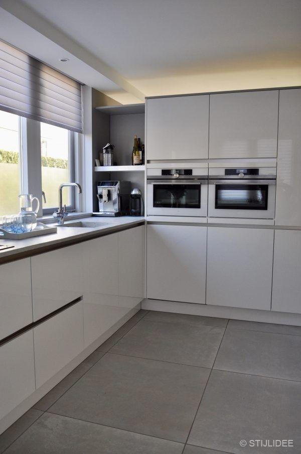 Legende Schauen Sie rein … ein Wohnzimmer und eine Küche im modernen Designstil in Houten