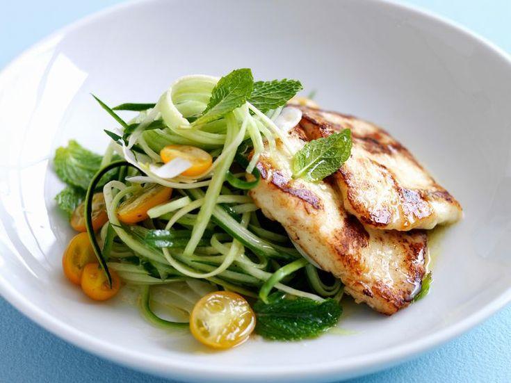 Découvrez la recette Escalope de dinde grillée, spaghettis de concombre et tomates cerises jaunes sur cuisineactuelle.fr.