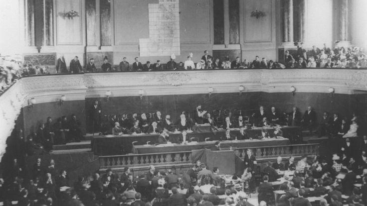 Theodor Herzl  s'adresse aux participant au premier ou second Congrès sioniste, à Ba^le, en 1897/8. (Crédit : GPO)