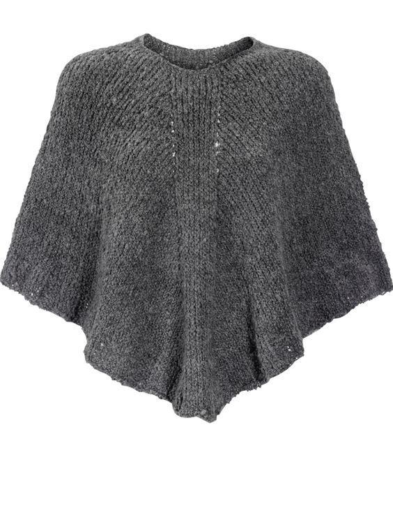 """Udover at ponchoer er """"hotteste"""" mode, så er det altså også en ret genial beklædningsgenstand., der luner lige der, hvor du har allermest brug for det. Denne er ikke så lang – ca. 47 cm, så underarmene er fri, og der kan arbejdes i den – og så er den også mere overkommelig at strikke til de kolde januardage"""