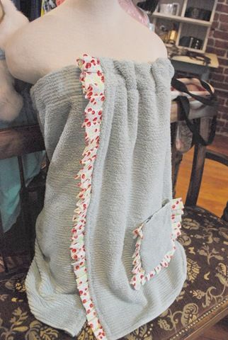 How to Make a Simple Sew Towel Wrap.  These are BEAUTIES and supposedly, they're easy to make for a beginning sewer.  Yay!