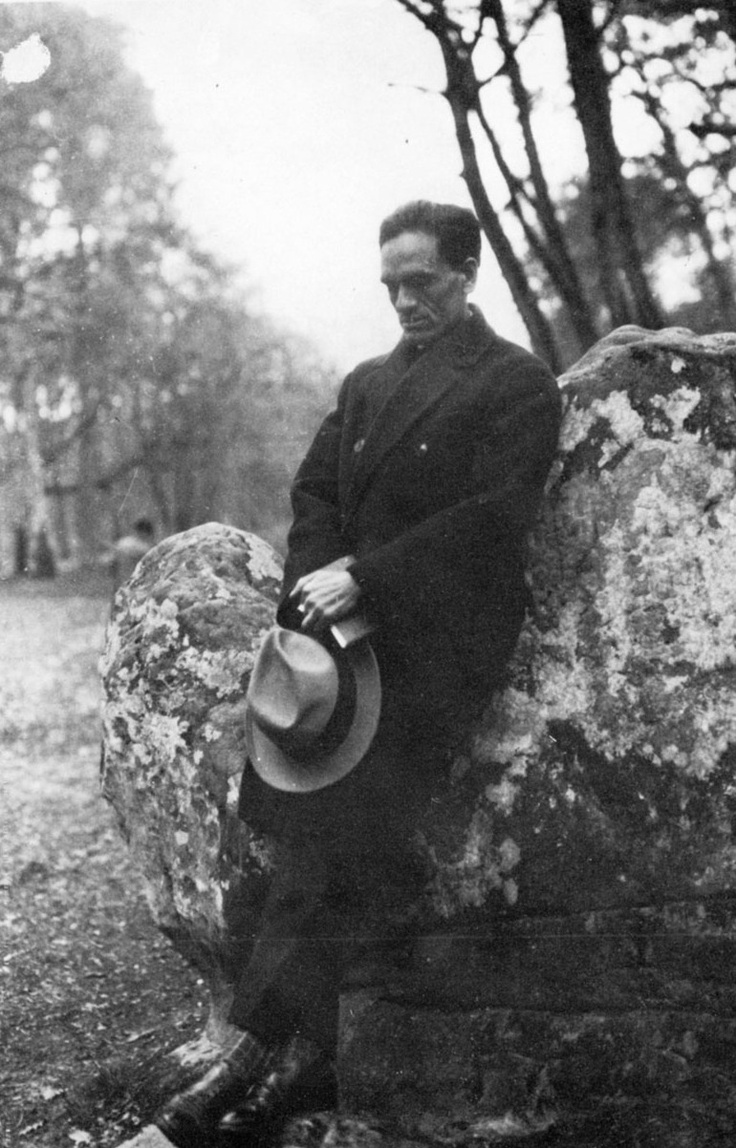 César Vallejo: Dos poemas póstumos : Ignoria.-  Foto: CV en el bosque de Fontainbleau, abril 1926     Read more: http://bibliotecaignoria.blogspot.com/2013/03/cesar-vallejo-dos-poemas-postumos.html#ixzz2NqM6lRud