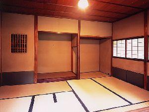 水琴亭  【茶室 汲月庵】 四畳台目の小間の茶室と、七帖台目の広間の茶室になっている。屋根は、桧皮葺(ひわだぶき)に瓦葺を組み合わせたもので、桧皮葺(ひわだぶき)の庇が付いている。 小間茶室; 松の踏込み板に節付き丸太の床柱を立て、竹の巾木を入れた台形の床板を配している。床脇の袖壁に釣竹の一重棚が付き、床柱脇に炉が切ってある。 畳は全て台目畳(だいめたたみ)で、手前畳が一帖、客畳が三帖になっている。 にじり口と貴人口と両方あり、にじり口の上に引き違い障子を入れた連子窓(れんじまど)、引き残しのある片引き障子の下地窓(したじまど)、けんどん式(引掛け式)障子の下地窓(したじまど)と開口部は多く、明るい意匠である。貴人口の障子は、腰が網代張りである。 紙張りの腰壁に、濃い緑色のじゅらく壁で、時間の経過で下地が見えている。 客畳上部は、葦(よし)を細竹と赤松細丸太で交互に押さえた掛込(かけこみ)天井、手前畳上部は、椹(さわら)のへぎ板を細竹で押さえた落天井(おちてんじょう)となっている。  水屋;…