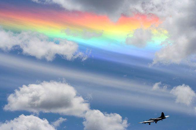 Радужная стена  Редкое атмосферное явление, также известное как «огненная радуга», возникает при преломлении горизонтальных солнечных лучей восходящего или заходящего солнца, через горизонтально расположенные кристаллики льда облаков. В результате получается своего рода стена, окрашенная в разные цвета радуги. Фото сделано в небе Вашингтона в 2006 году.