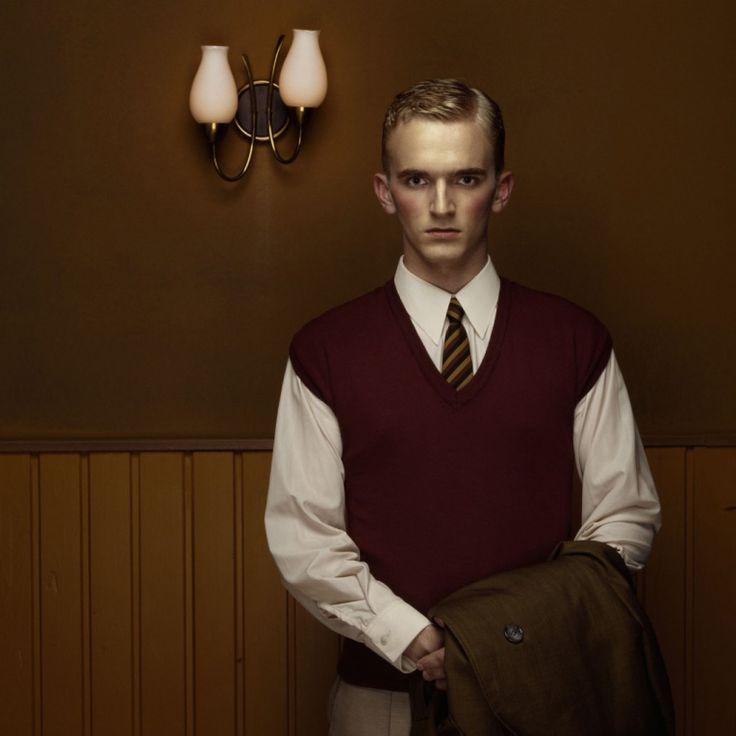 Erwin Olaf est un photographe Néerlandais spécialisé dans la photo de studio et de mode, cette série nostalgique intitulée « Hope » est sa plus connue mais il y a d'autres séries qui valent le coup sur son site.