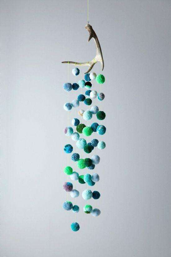 colgante-decorativo-con-pompones-y-madera.jpg (550×825)
