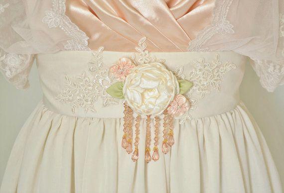 Aquí es una alternativa asequible a mi vestidos de Novia de encaje más elaborada. No faltan de estilo o elegancia y es un precio para la novia con un presupuesto ajustado. He diseñado este vestido a halagar a la figura de toda mujer bella. Si este vestido no es su tamaño, tienen una medida sólo para ti!  El cobertor externo en la falda tiene un color grisáceo de rayón suave y ligero que es tan suave al tacto y tan ligero y aireado, literalmente revolotea al caminar. Es simplemente hermosa…
