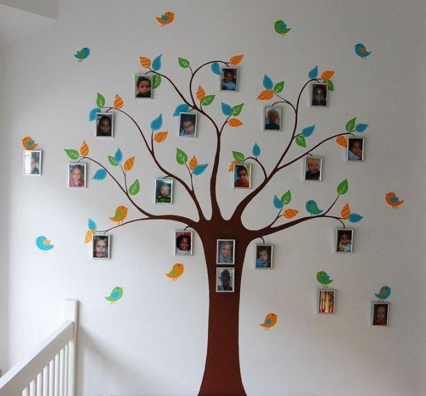 Gestileerde boom muurschildering met vogels en plek om fotolijstjes op te hangen. Deze muurdecoratie is gemaakt in een kinderdagverblijf, met veel foto's. Kan natuurlijk ook met minder foto's en meer blaadjes voor in de kinderkamer door BIM muurschildering.