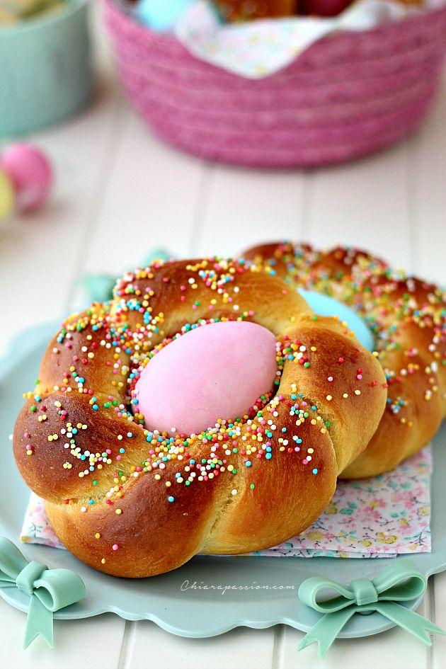 pane di pasqua con uova colorate