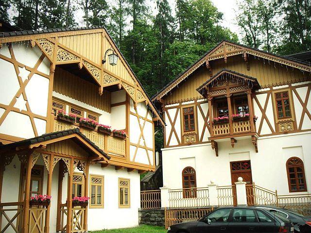 Zabytkowa zabudowa wokół domu zdrojowego w Szczawnicy.