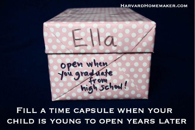 zrób kapsuły czasu, by je otworzyć w 18 urodziny. Ich kapsuły czasowe (pudełka na buty) są teraz taśmą zamknięty i czeka na górnej półce ich szafy. Będzie to więc zabawa dla nas wszystkich, aby otworzyć ich jednego dnia - I nawet nie peek! :)