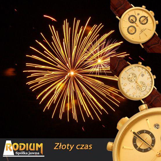 Przywitać Nowy Rok ze złotym zegarkiem na nadgarstku.