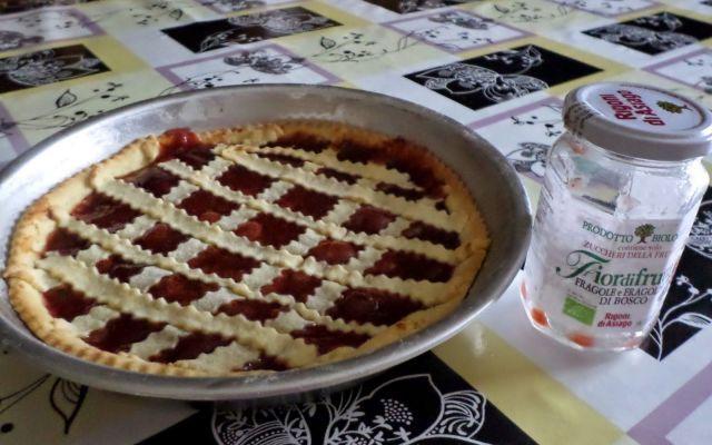 Crostata con marmellata di fragole e fragoline di bosco
