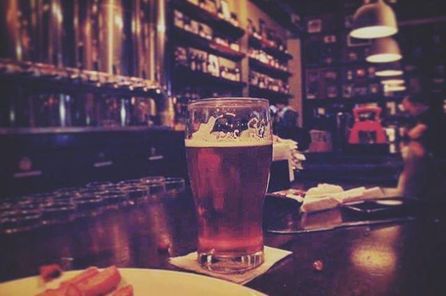 Viernes, para arrancar el fin de semana bien. Happy Hour de Sudestada all the night. #antarescitybell #antares #cervezaartesanal #cerveza #citybell #gastronomia #birra #kolsch #scotch #porter #sudestada #brewmaster  Ph @juli.e.ta._
