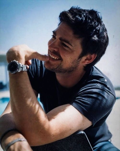 Karl Urban (don't you love how he basically has a farmer's tan?...and i totally saw his twin this summer in France)
