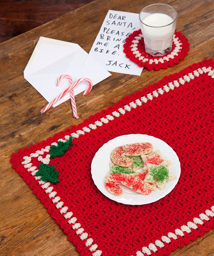 Set your holiday table in style with this lovely set. Alternate the colours so that you use up all 3 balls of yarn. These are perfect small projects for gift giving.