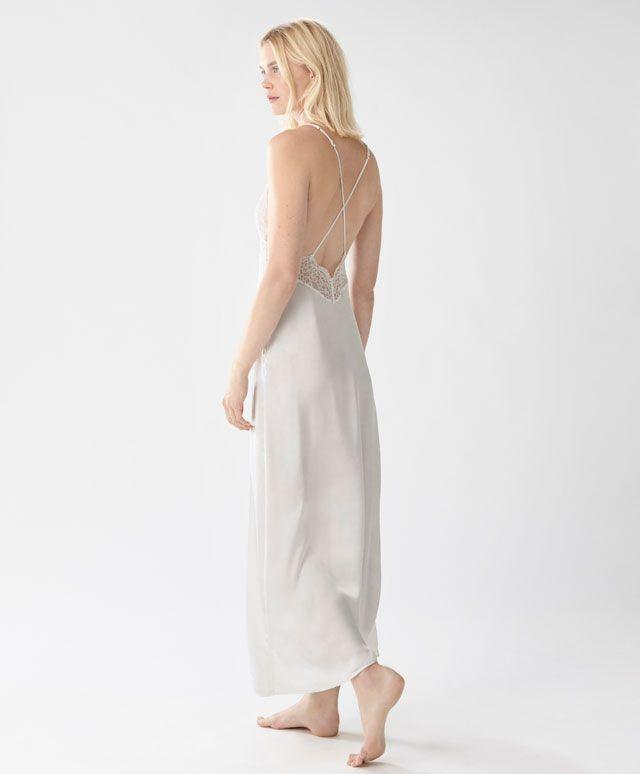 Długa koszula nocna na ramiączkach - Essential Lace - Modowe trendy AW 2016 dla kobiet na stronie Oysho: bielizna, odzież sportowa, motywy etniczne i cygańskie, buty, dodatki, akcesoria i stroje kąpielowe.