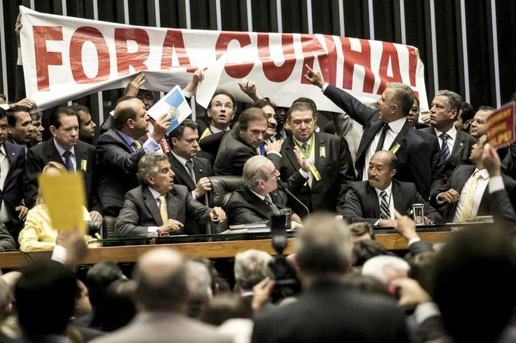 """O processo de cassação de seu mandato, aberto em 13/10/2015, por representações dos partidos PSOL e Rede - e que hoje (12), às 19h, 355 dias após sua abertura, pode chegar ao fim -  já é o maior processo da história da Câmara, com votação aberta no plenário. Réu em duas ações penais no STF e com seis denúncias oferecidas pela Procuradoria-Geral da República (PGR), o procurador Rodrigo Janot chegou a classificar Cunha como """"delinquente"""" e """"membro de uma organização criminosa."""""""