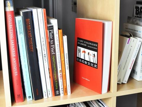 L'art Culinaire au Japon.   Un livre sur l'histoire de la cuisine japonaise. Pourquoi les sushi, pourquoi les ramen ? Vous le saurez en lisant ce livre passionnant.