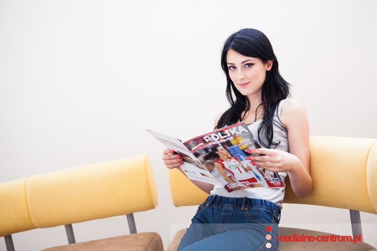 dziewczyna czyta gazetę, magazyn, biuro, poczekalnia, brunetka, modelka, young female Polish attractive model reads a magazine